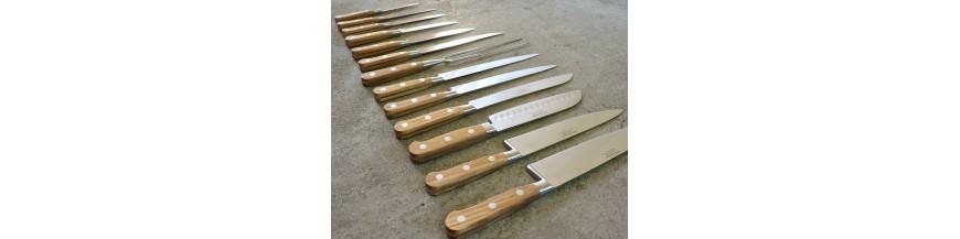 <p>Une gamme de 13 couteaux de cuisine entièrement forgés, mitre ronde et manche en bois de chêne</p>