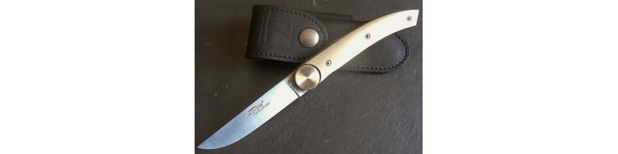 Dans la poche ou en étui, nos couteaux fermants sont de qualité forgé, assemblé et ajusté entièrement à la main3 gammes : le thiers - le Styl'ver - les customs (pièces uniques) déclinés en différentes tailles, essence de manche, avec ou sans tire bouchon