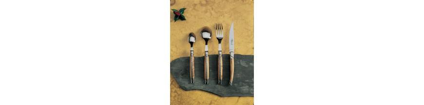 N'hésitez pas à nous contacter pour compléter votre gamme :Cuillère à moka - fourchette dessert - fourchette gateau - couteau poisson - fourchette poisson.Nos services en coffret chêne :Service à servir - service à salade - service à poisson - service à découper chef - service à fromage couperet - couteau à fromage - tartineur - couteau pain - louche - lyre et spatule à foie gras - fer à gigot - pelle à tarte...